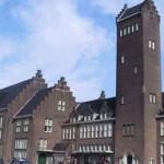 Wandelroute door Maastricht. Een prachtige wandeling door de stad Maastricht! Beginpunt van deze wandelroute is het station van Maastricht, ideaal om met de trein, bus of auto te komen dus. Tijdens deze wandeling komt u langs werkelijk àlle bezienswaardigheden waar de stad Maastricht om bekend staat! De Sint Pietersberg, de Sint Servaasbrug, kasteelruïne Lichtenberg, de Helpoort, het Onze-Lieve-Vrouweplein en de Basiliek, het Bonnefantenmuseum, u komt ze allemaal tegen tijdens het wandelen. En dat allemaal op een wandelroute van minder dan zes kilometer! Dat is zelfs voor de ongeoefende wandelaar prima te doen. Details Wandelroute door Maastricht Lengte: 5,2 km Markering: Geen Type weg: Verharde weg Adres startpunt Station Maastricht Parallelweg 15 6221 BC Maastricht Website